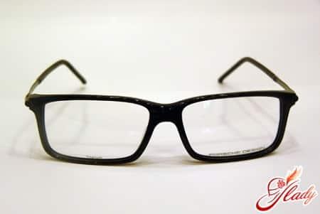 очки в пластмассовой черной оправе