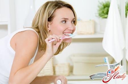 чистка языка зубной пастой во избежание появления прыщей