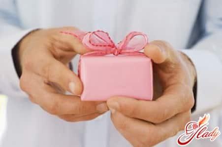 на розовую свадьбу не стоит дарить своему мужчине что то повседневное в виде бритвы или одеколона