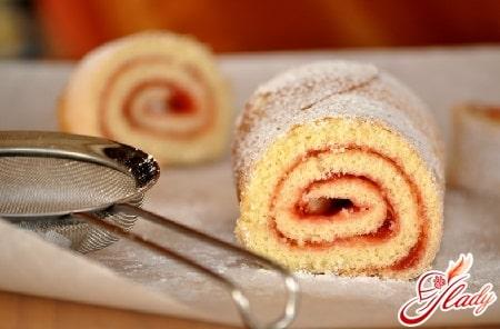 бисквитный рулет со сладкой начинкой