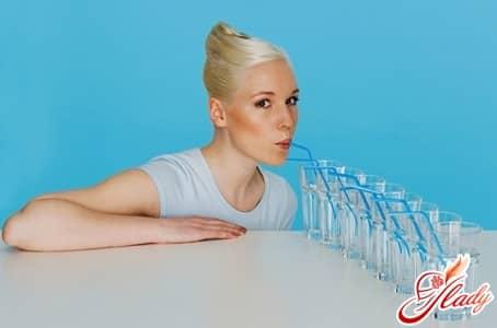 натощак с утра следует выпивать один стакан воды