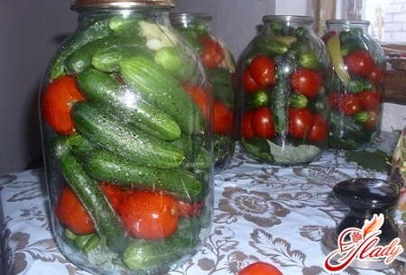 Огурцы с помидорами маринованные
