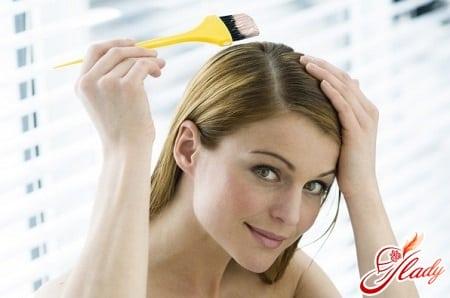 нанесение подобранного средства на волосы