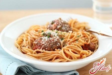 спагетти с соусом и сыром пармезан