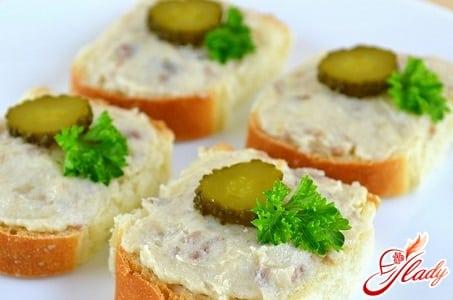 бутерброд с маслом и солеными огурцами