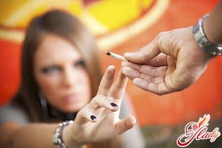получая серотонин и дофамин с наркотиками, организм перестает их вырабатывать самостоятельно, что, собственно говоря, и приводит к зависимости