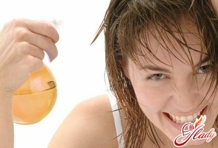 нанесение облепихового масла на волосы
