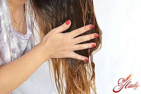 нанесение оливковой маски на волосы