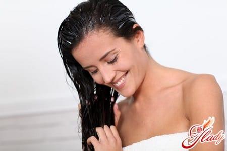 нанесение шампуня на волосы