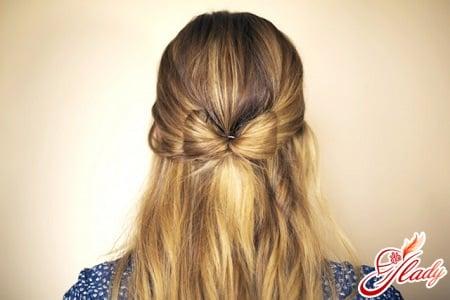 бант из волос с распущенными волосами