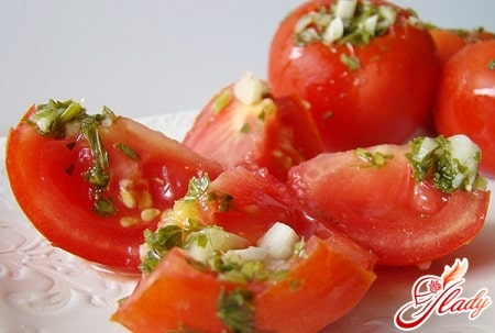 соленые помидоры с чесноком