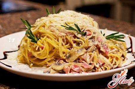 спагетти карбонара с пармезаном