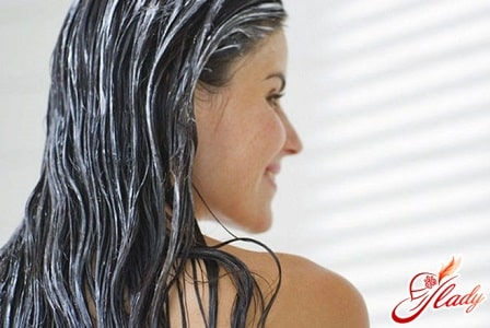 нанесение маски для лечения волос