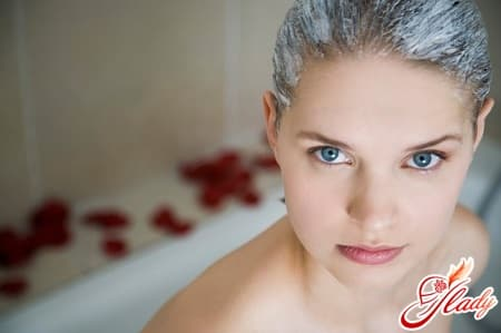 нанесение средства для выпрямления волос