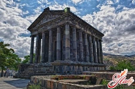 Языческий (древнегреческий, восстановленный) храм Гарни