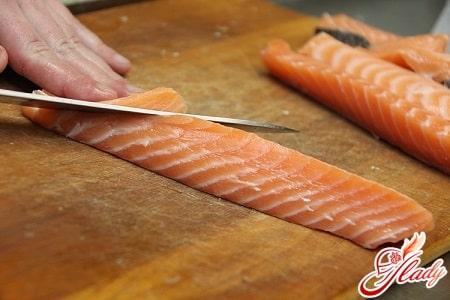 нарезаем рыбу тонкими слоями