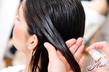 нанесение масла на кончики волос