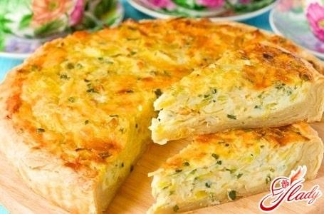Ароматный и вкусный пирог из лука с плавленным сыром