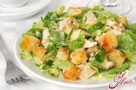 вкусный салат цезарь с сухариками