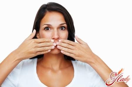 неприятных запах изо рта может быть симптомом болезней пищевода
