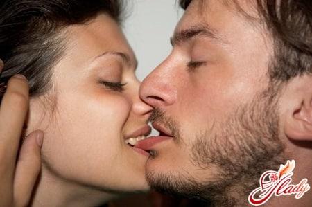 При поцелуи тянут за волосы