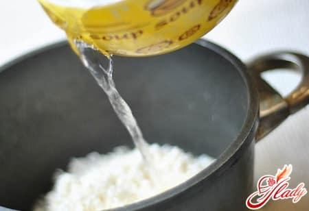 добавление соусов в рис