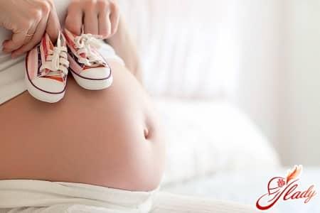 причины появления месячных при беременности