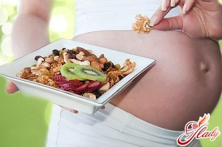 фрукты и орехи во время береенности