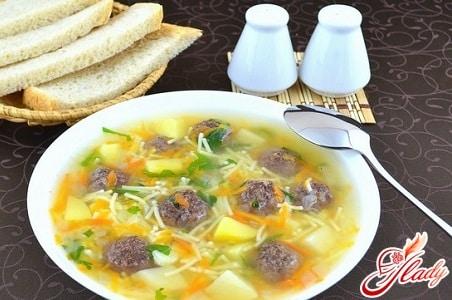 простой суп с фрикадельками и лапшой