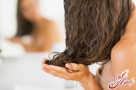 Втирание репейного масла в волосы