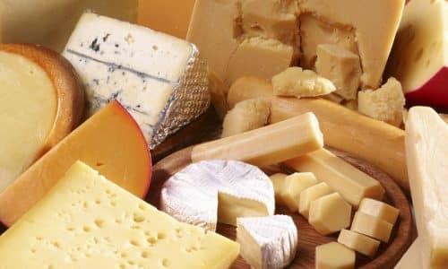Полезными и безопасными являются швейцарский сыр, чеддер, моцарелла и пармезан