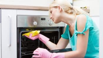 Как быстро и легко очистить духовку от жира и нагара